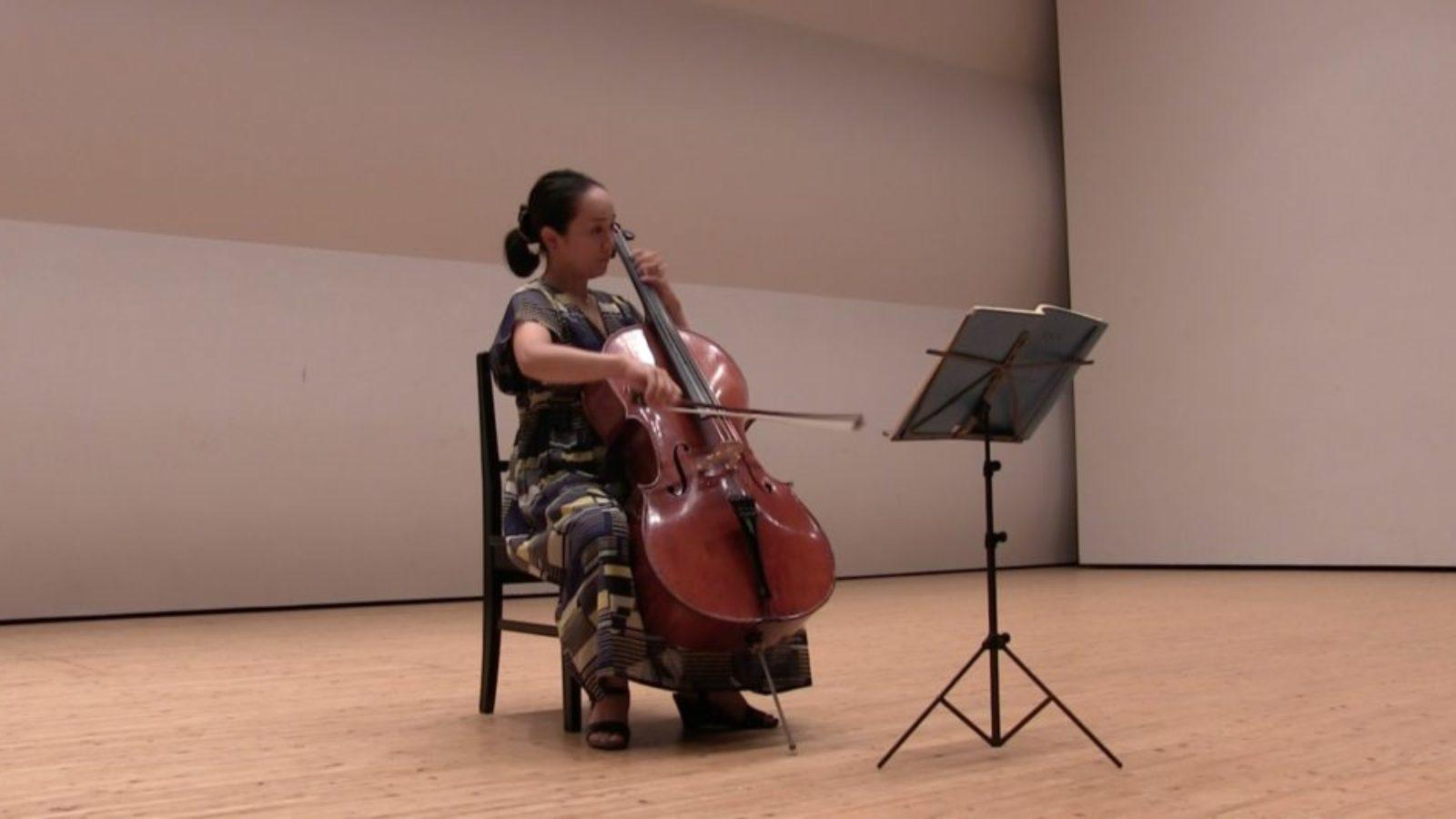 【チェロの構え方】正しいフォームで演奏しよう!女性・体が大きい小さい方におすすめの構え方【基本は胸と足ではさむ】